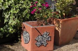 Cache-pot cube épuré «4 feuilles» décors mosaïque récup' et enduit terracotta –  28 x 28 cm