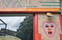 Entretien et restauration d'une façade de magasin en mosaïque pâte-de-verre Art Déco (1956) – Bordeaux