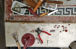 Restauration d'une entrée d'échoppe en mosaïque de pierres marbrières à Bordeaux (chantier en cours)